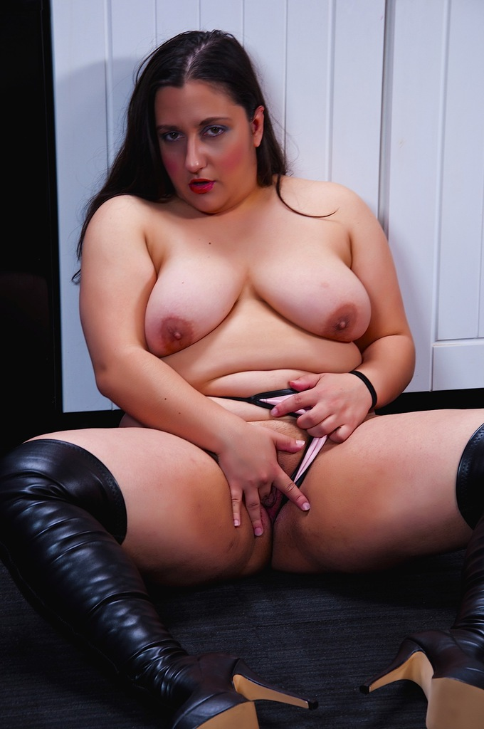 image British mum janey fucks her hairy pussy with a lollipop